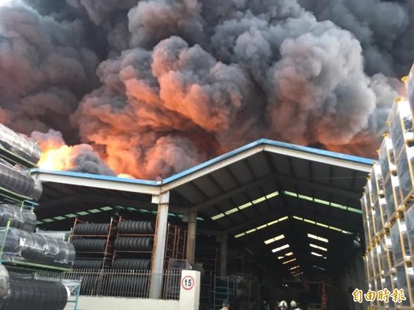 中壢泰豐輪胎廠區火警,冒出大量驚人的濃煙,好幾公里外都看的到。(資料照,記者李容萍攝)