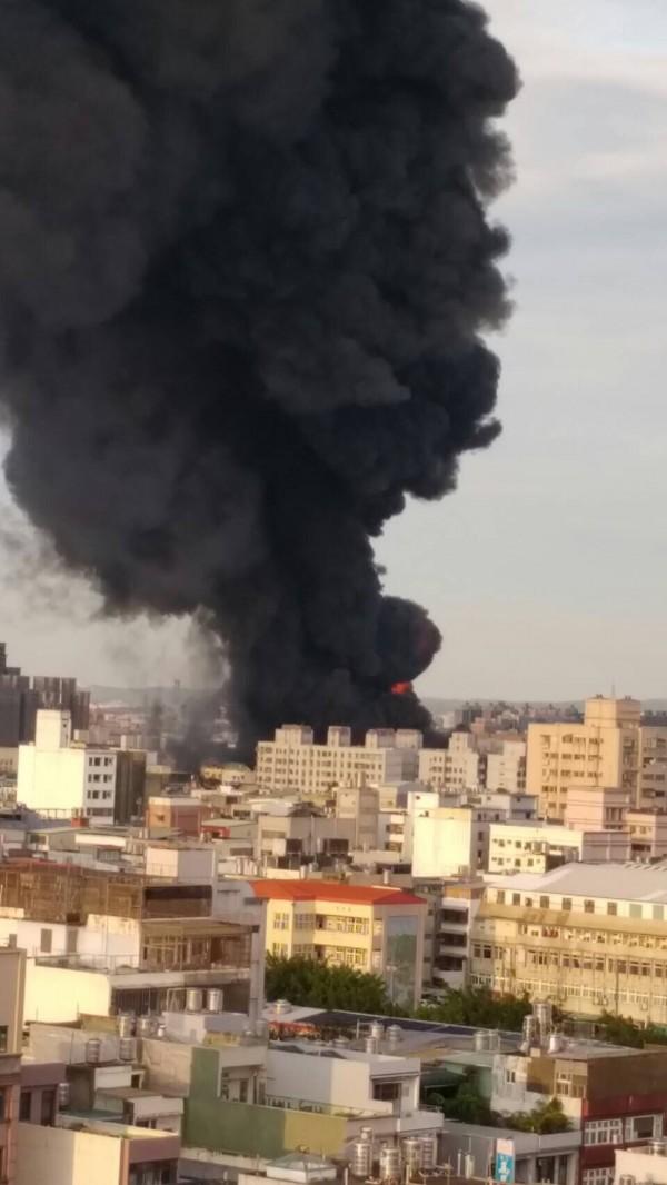 泰豐輪胎大火濃煙蔽天,燒了6小時控制,依空污開罰最高100萬元。(資料照,記者李容萍翻攝)