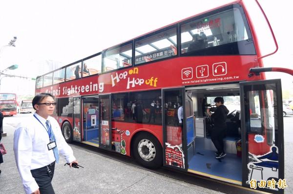 台北市雙層觀光巴士18日正式啟程。(記者羅沛德攝)