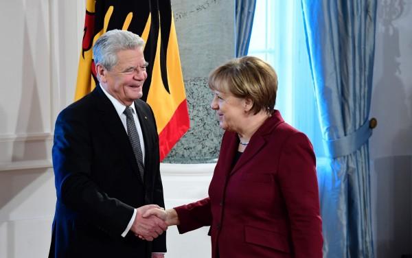 德國國會大選預計於9月24日舉行;德國政府今(18)日證實已將此案提交總統高克(左),尚待正式批准。梅克爾(右)去年11月宣布將尋求連任,挑戰總理4連霸。(法新社)