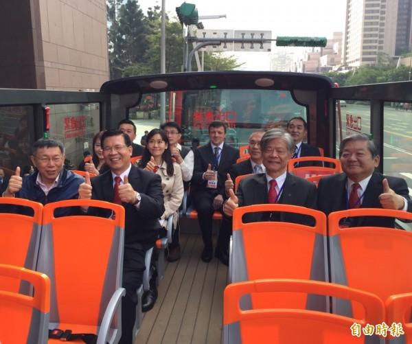 台北市長柯文哲(左一)、雙層觀光巴士執行長徐浩源(左二)和貴賓搭乘體驗雙層觀光巴士。(記者沈佩瑤攝)