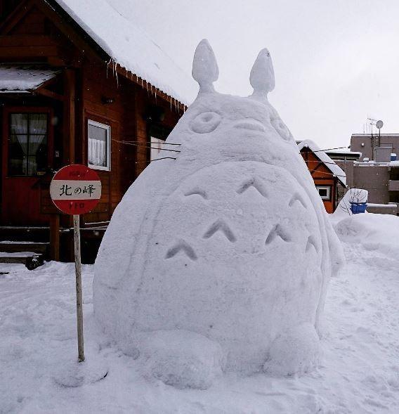日本各地近日出現不少「動漫雪怪」,包括龍貓、無臉男、火箭龜、進擊的巨人等,營造出相當另類的日本雪景。(圖擷取自chiikamagram的Instagram)