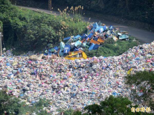 新竹縣竹東鎮垃圾場露天堆置的垃圾超過2000噸,地方擔心下雨會流出污水污染民生用水水源。(記者蔡孟尚攝)