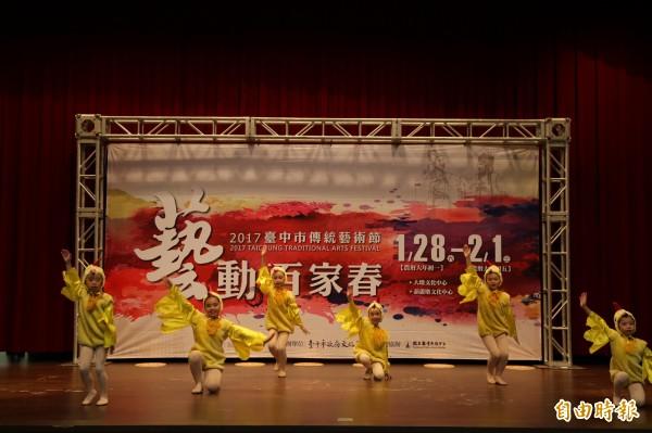 雞年吉年到,台中初一到初五傳藝節送紅包,邀民眾走春看表演。(記者蘇孟娟攝)