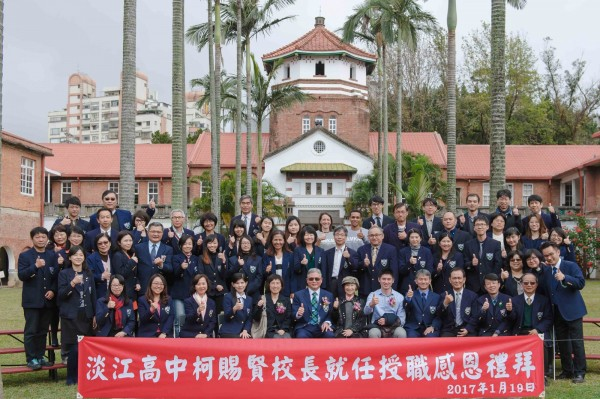 就職典禮後,大家在淡江中學著名地標八角樓前合影。(校方提供)