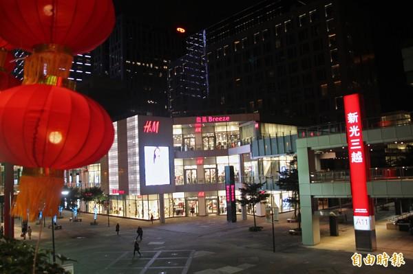 新光三越信義新天地及台北南西店初一福袋推出價值128萬元及55萬元的汽車。(記者鍾泓良攝)