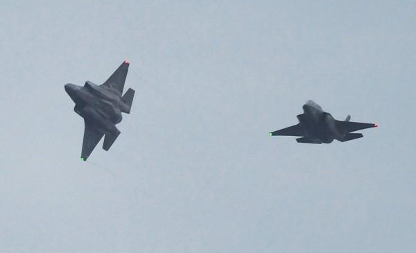 要進駐日本的美軍2架F-35戰鬥機,18日飛抵岩國基地。(美聯社)