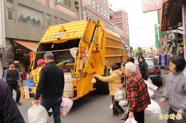 春節垃圾清運,各鄉鎮的停收、恢復時間有所不同。圖為示意圖。(資料照,記者詹士弘攝)