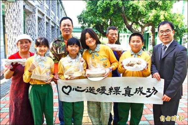 成功國小學生賣粿籌措夜宿海生館旅費。(記者林宜樟攝)
