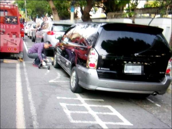 違規停放公車招呼站的車輛被強制拖吊。(記者湯世名翻攝)