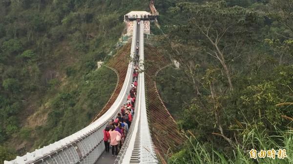 屏東山川琉璃吊橋受遊客歡迎。(記者羅欣貞攝)