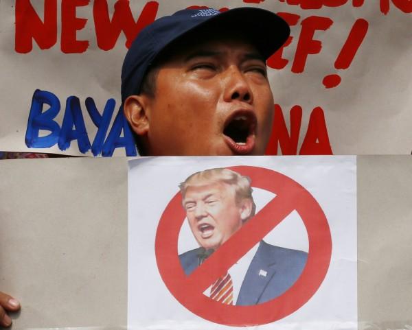 百位穆斯林抗議人士集結駐馬尼拉美國大使館,要川普別惹菲律賓人。(美聯社)