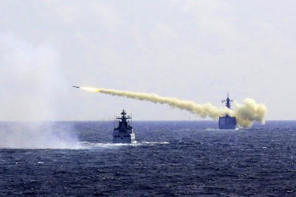 中國官媒嗆美國若駐軍台灣,就會以導彈來回答。圖為中國海軍船艦在演習中發射導彈。(美聯社)