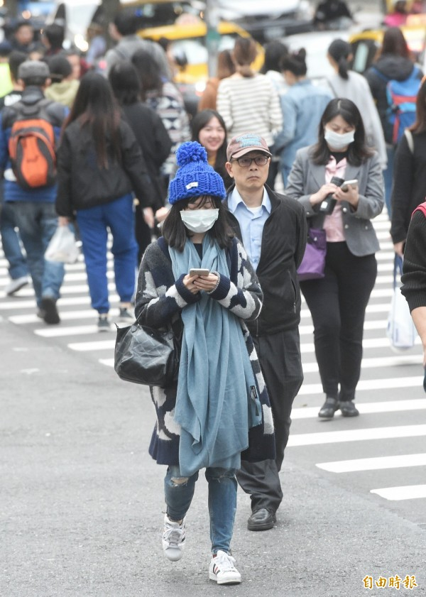 中央氣象局表示,下週受到強烈大陸冷氣團的影響,氣溫偏低的時間較長。(記者方賓照攝)