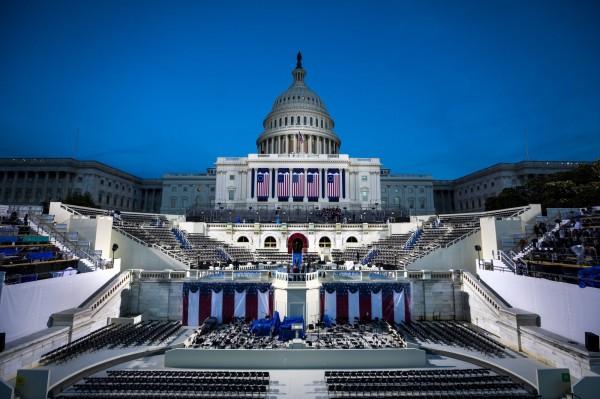 美國候任總統川普的就職典禮將於台灣時間明晨登場,圖為國會大廈前的舞台布置情況。(歐新社)