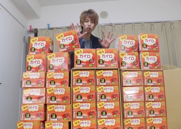 日本人氣Youtuber買了1000片暖暖包要貼在濕冷的廁所。(圖擷取自Youtube)