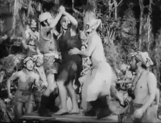 和子在島上有如眾男人爭奪的「寶藏」一般。(《安納塔漢傳》劇照)