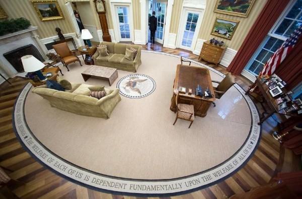 歐巴馬離開總統辦公室,偌大的室內空無一人,只有他推門而出。(圖擷自Instagram)