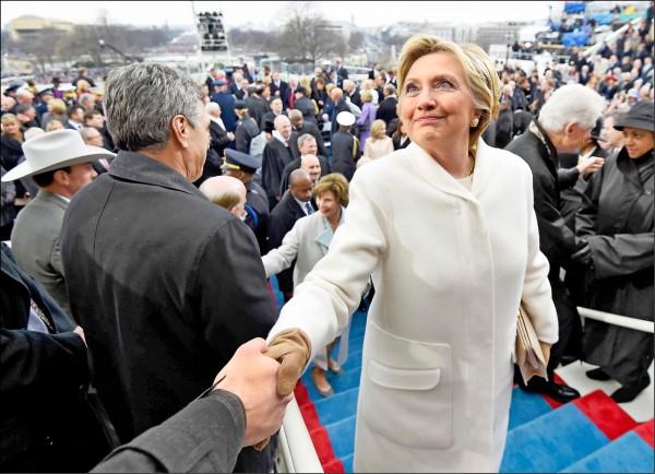 民主黨前總統候選人希拉蕊二十日在總統就職大典結束後離開會場。(路透)