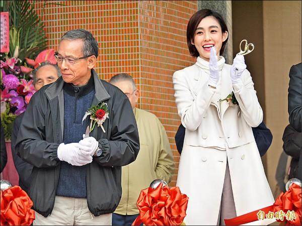 羅東聖母醫院老人醫療大樓竣工,導演吳念真(左)、歌手范瑋琪(右)都到竣工典禮祝賀。(記者簡惠茹攝)
