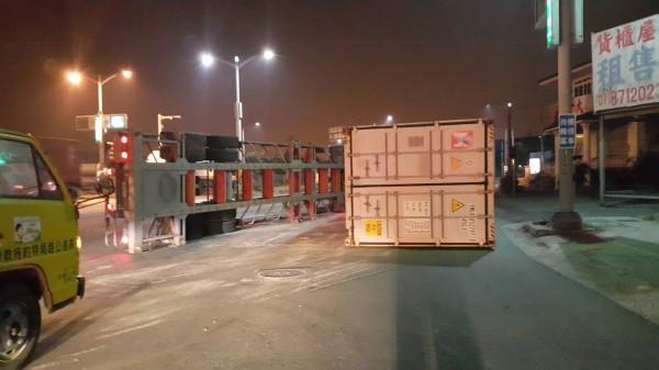 聯結車翻覆,車體與貨櫃分離。(記者洪臣宏翻攝)