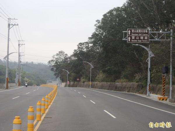 新竹縣寶山鄉新林路一段(竹47.4公里處連續下坡),警方評估在尖峰時段車多,車速快,且有競速情事擾民,已架設新型數位式測速照相固定桿,近期將啟用。(記者廖雪茹攝)