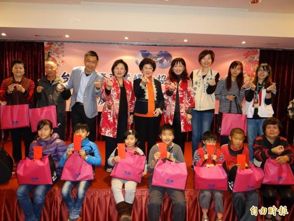前副總統呂秀蓮(後排中者)到台南參加台灣國際職業婦女協會大台南分會寒冬送暖給家扶兒的活動。(記者王俊忠攝)