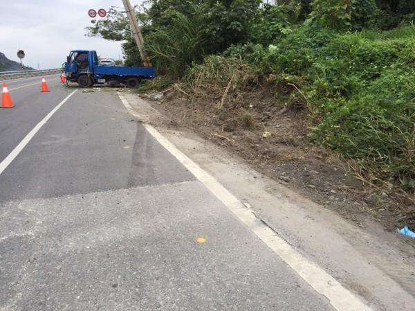 小貨車為閃避超車車輛,其地面剎車痕明顯。(記者王秀亭翻攝)