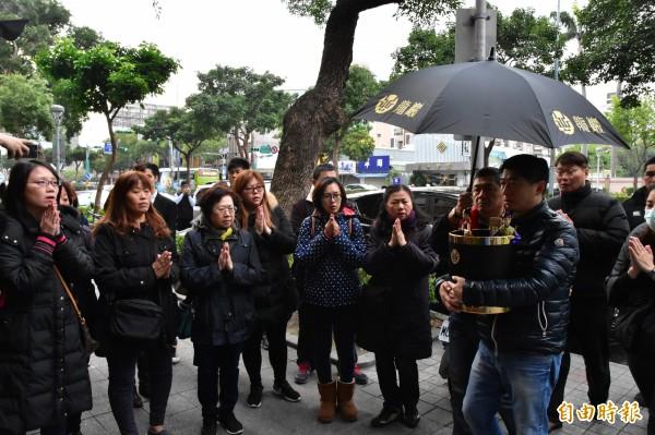 陳玉梅靈位今下午在其弟陳炳甫及家屬陪伴下,移往龍巖民權會館。(記者張議晨攝)