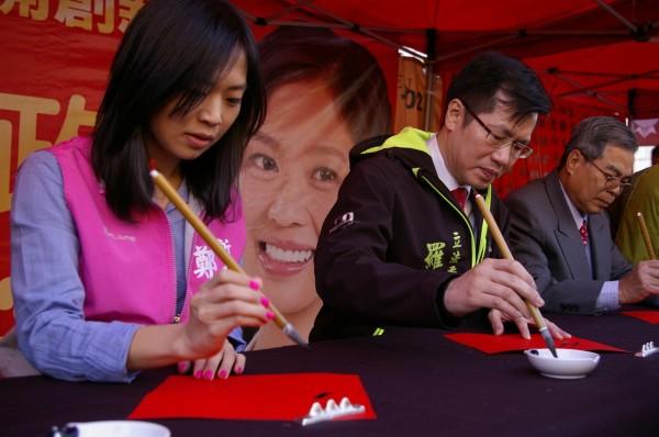 立法委員羅致政(中)、新北市議員鄭宇恩(左)現場寫春聯。(鄭宇恩服務處提供)
