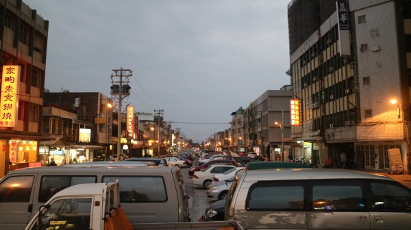 花蓮市區自由大排加蓋後目前停滿車輛,未來將規劃為日出大道。(記者王錦義攝)