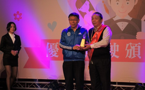 台北市長柯文哲昨表揚公車優良駕駛。(記者黃建豪攝)
