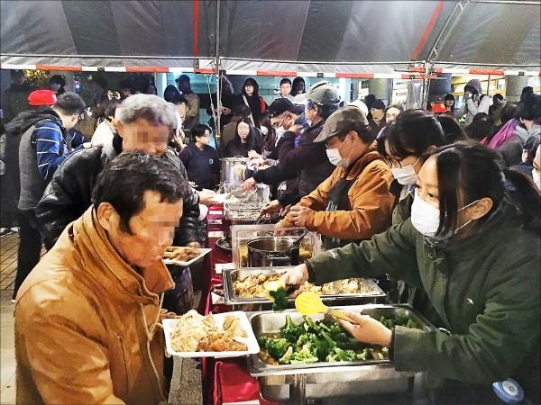 第三屆無家者人權尾牙,由藝文界、各路主廚辦桌,請超過五百名街友吃尾牙。(芒草心協會提供)