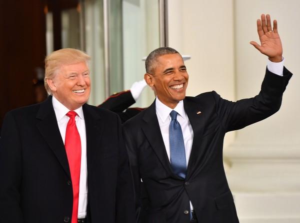 川普(左)於美國當地時間20日宣誓就職,會前曾到白宮與歐巴馬茶敘。(彭博)