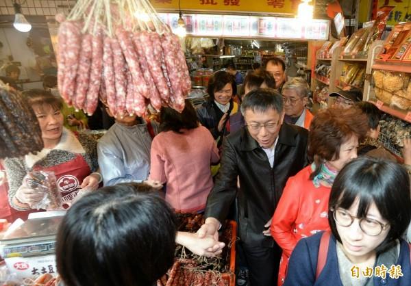 柯文哲今天早上到大龍商圈及東門市場發紅包。(記者林正堃攝)