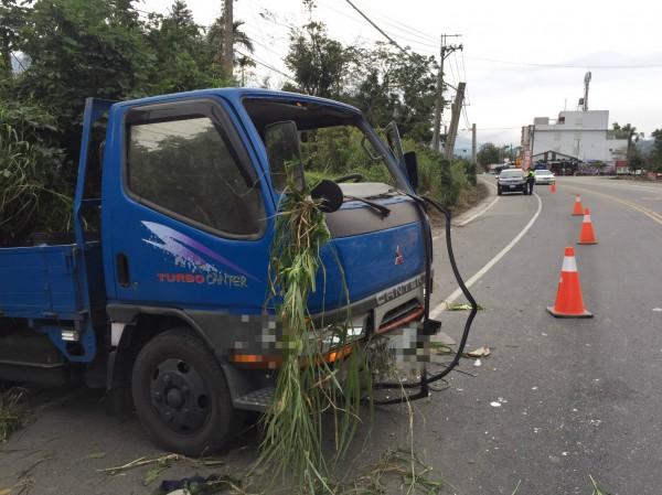 小貨車車頭因為撞擊,擋風玻璃全破。(記者王秀亭翻攝)