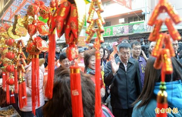 臺北市長柯文哲視察榮濱年貨大街,順便跟市民拜早年。(記者林正堃攝)