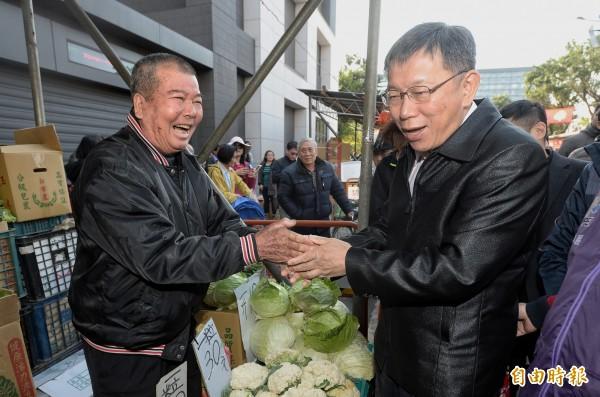 台北市長柯文哲視察榮濱年貨大街,順便跟市民拜早年。(記者林正堃攝)