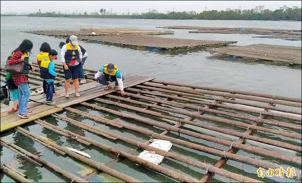 鹽水溪出海口仍有漁民放養牡蠣,漁民說,現在的水質已比以前好。(記者蔡文居攝)
