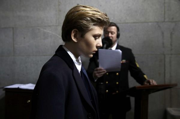 巴倫出席老爸的總統就職典禮,被拍下憂鬱的側臉照。(路透)