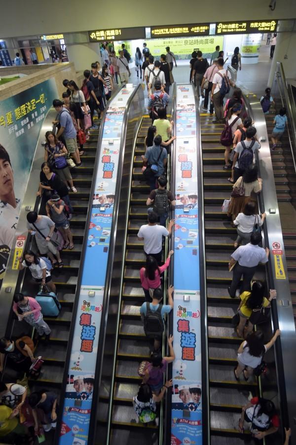 北捷宣稱「靠右站立」已取消多年,卻仍舊鼓勵「禮讓文化」,許多民眾至今仍然不敢站立在電扶梯左側,就怕遭受他人白眼。(資料照,記者王敏為攝)