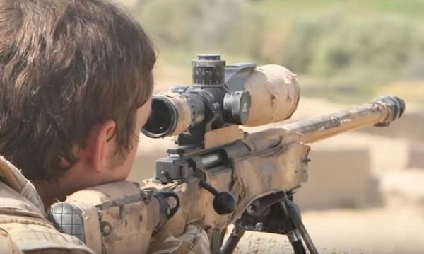 日前一名英國空軍特勤隊狙擊手在伊拉克北部拯救一群被挾持的婦孺,竟遠在1800公尺外開了一槍擊斃3名IS武裝份子。(圖截自YouTube)
