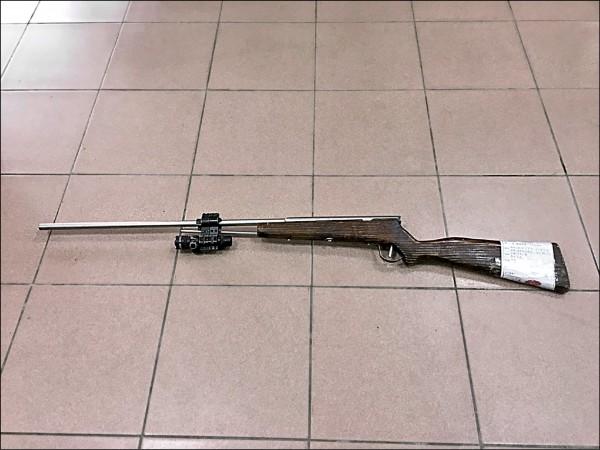 黃姓少年上山打獵所使用的獵槍。(記者李容萍翻攝)