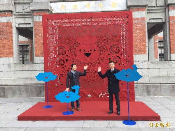 竹市政府迎金雞年,請來知名剪紙藝術家楊士毅(左),以純手工在市府前廣場打造4米高的「擁抱奇雞慶吉年」裝置藝術。(記者王駿杰攝)