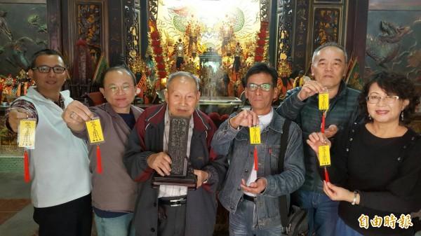 嘉義市雙忠廟文創「平安符」吊飾亮相,現年84歲的陳來旺小時常與父親到廟裡幫忙,見到文創「平安符」吊飾,直誇「年輕人真有創意!」。(記者丁偉杰攝)