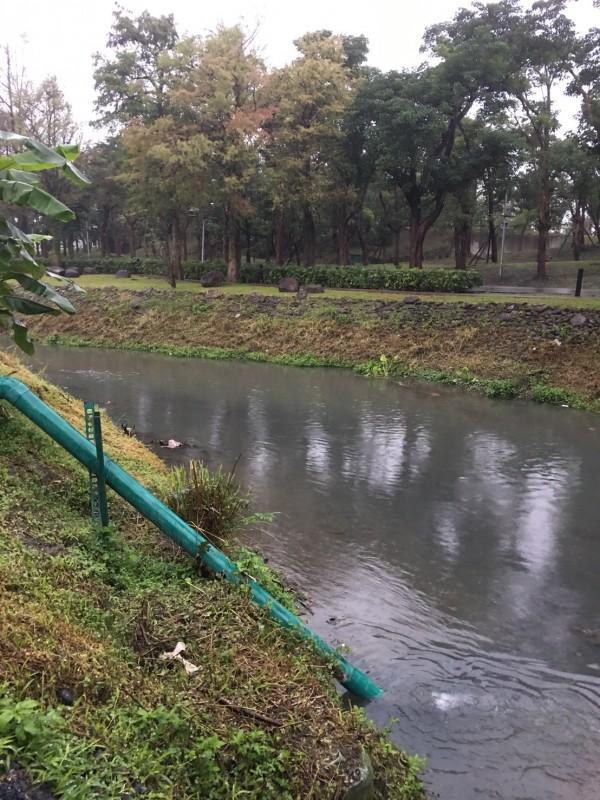 宜蘭縣羅東鎮北成圳今天下午3點多一度被染紅,狀似血流成河。(環保局提供)