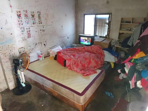 無語問蒼天!3小孩吃喝拉撒睡窩在3坪小房間。(圖由白沙屯媽祖婆網站提供)