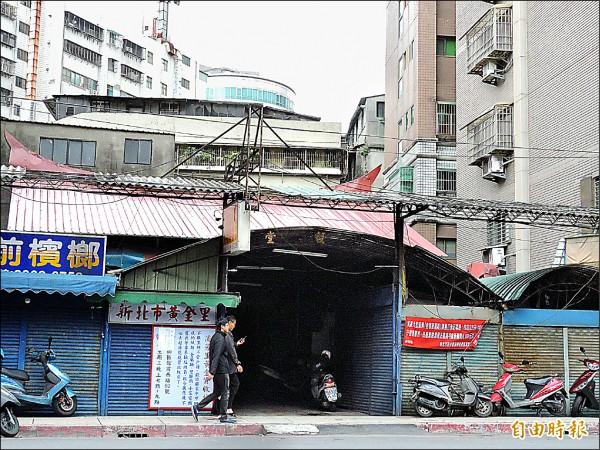 板橋迪毅堂隱身在高樓大廈間,被層層包覆。(記者賴筱桐攝)