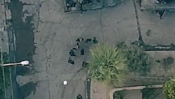極端回教組織「伊斯蘭國」日前公佈一段宣傳片,內容可看到一架IS無人機向伊拉克士兵投放炸彈。(圖截自網路)
