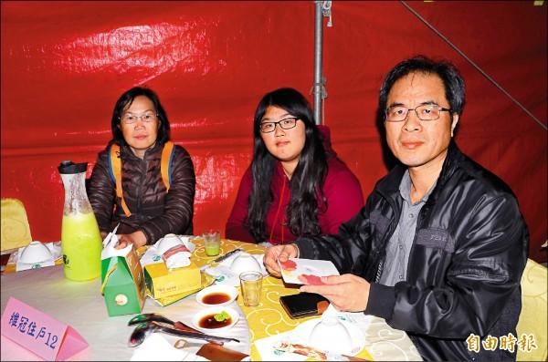 林清貴(右)夫婦努力學藝,要幫兒子一圓開店的夢想。(記者吳俊鋒攝)